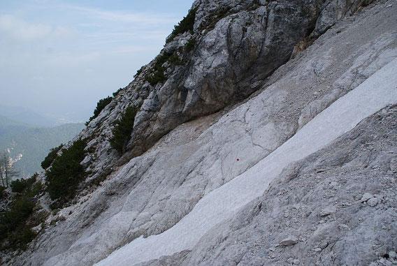 Die meist trockene Bachbettquerung, im Frühsommer kann hier noch Schnee liegen
