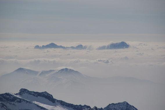 Im Südosten ragen nur die höchsten Gipfel aus dem Hochnebel, hier Montasch (rechts) und Wischberg (links)