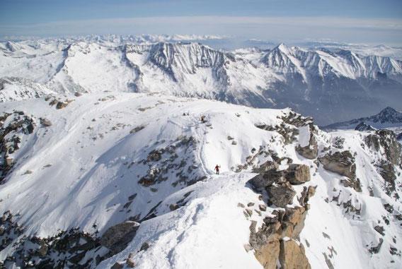 Der Blick zurück auf den schmalen Grat vom Schidepot zum Gipfel