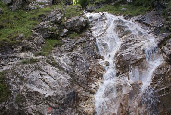 Einstieg beim Wasserfall (links im Bild die Sicherungen)