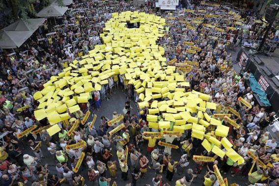 Что означает желтая ленточка в Барселоне