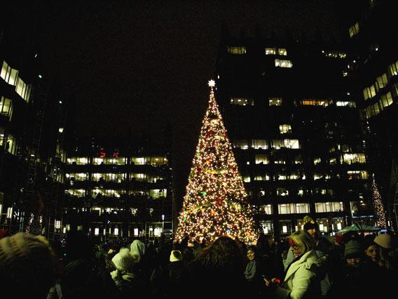 Der erleuchtete Weihnachtsbaum auf der PPG Plaza in Pittsburgh, zur Light Up Night mit vielen Menschen drum herum.