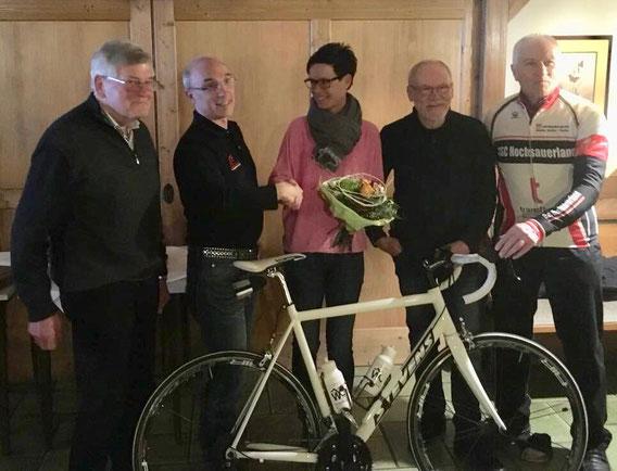 Hier im Bild v.l.: 2.Vorsitzender Paul Vollmert, der bisherige 1. Vorsitzende Bernd Materne, die neu gewählte 1. Vorsitzende Kathrin Heimes, Kassierer Dieter Kothke und Radtourenwart Volkmar Kretschmer