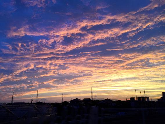 演奏後の空に広がる夕暮れ。富士の姿も。