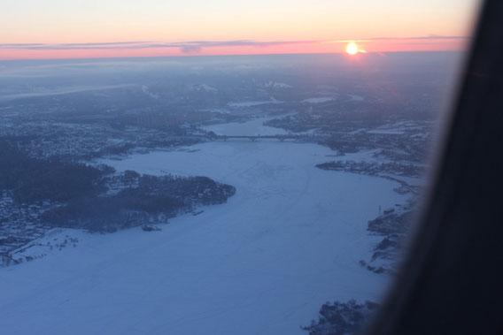Landeanflug auf Moskau bei malerischem Sonnenuntergang (den zugefrorenen Fluss bitte für später merken - manche Naturphänomene muss man noch mal erleben um sie zu verinnerlichen)
