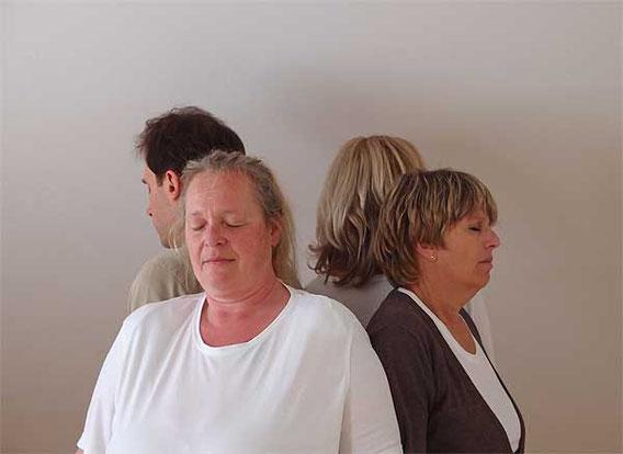 HSP Coachinggruppe mit geschlossenen Augen während einer stillen Meditation