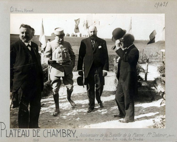 1916: Visite des tombes (source BDIC)