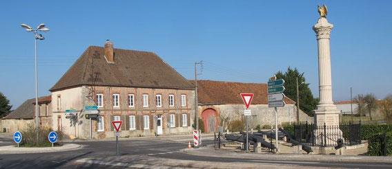 Champaubert fevrier 1814 : la colonne commémorative et l'hôtel où logea l'Empereur.