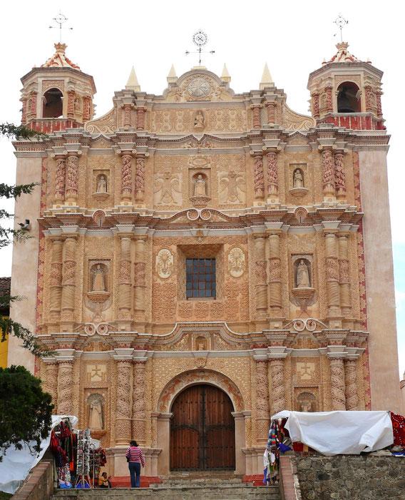Die pinkfarbene Kirche Santo Domingo ist auf ihrer Barockfassade u.a. mit Habsburger Adlern verziert (Foto Jörg Schwarz)