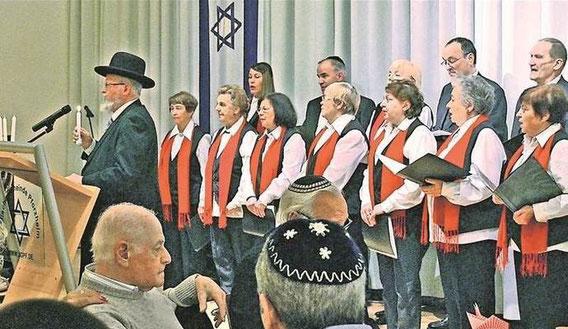 Während der Chor traditionelle jüdische Lieder sang, zündete Rabbiner Michael Bar-Lev die erste von den insgesamt acht Kerzen des Lichterfests Chanukka in der Synagoge an. Foto: Gredel