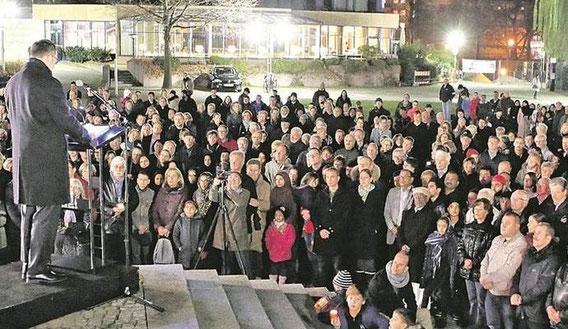 """""""Nous sommes unis - wir sind vereint"""", lautet der Wahlspruch auch auf dem Waisenhausplatz bei der Gedenkveranstaltung. Am Rednerpult: Oberbürgermeister Gert Hager. Foto: Ketterl"""