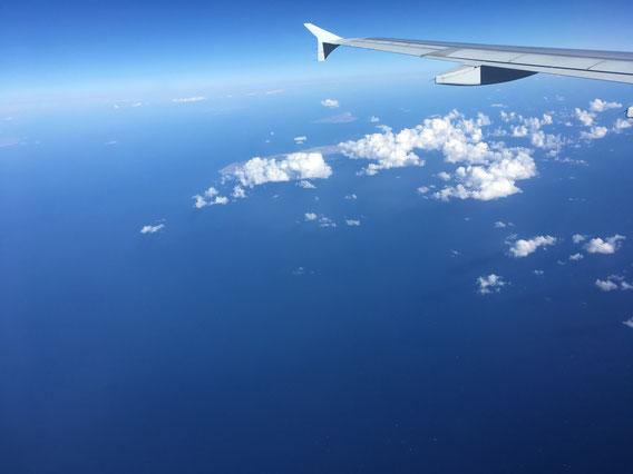 Über dem Ozean fliegen