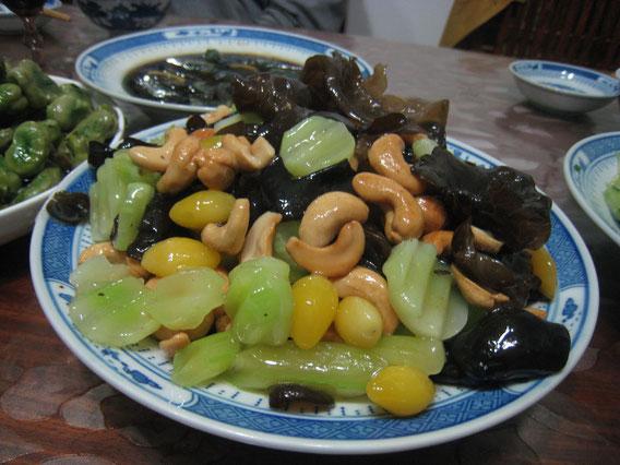 上海のあるお宅でご馳走になった生の茎チシャの炒めもの
