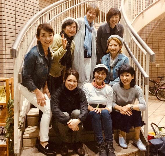 講師7名とイベントの要、小笠原真紀子さんとで記念撮影!お疲れ様でした〜!