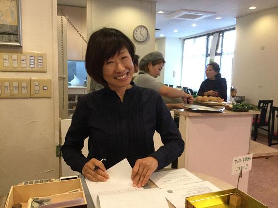 受付では、小笠原真紀子さんがこの笑顔でお迎え