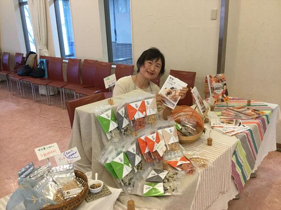 自家製乾物作り講師の森真弓さんは、3回の講座の合間に販売コーナーも担当