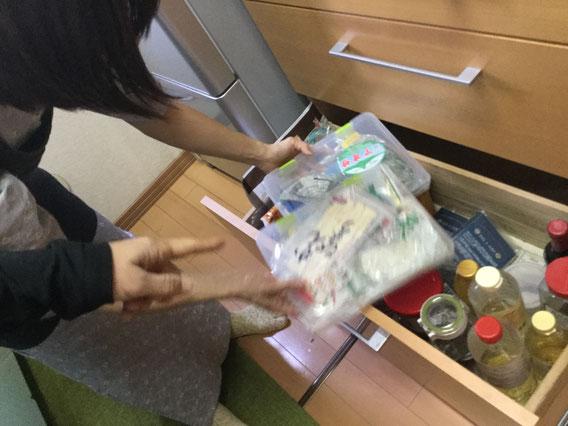 調味料類を収納している引き出しに透明なケースに入れて収納する例
