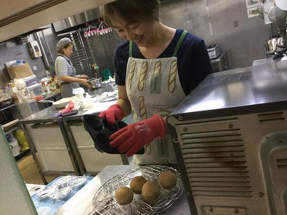 鰹ダシで仕込む「おだしの丸パン」が焼きあがりました