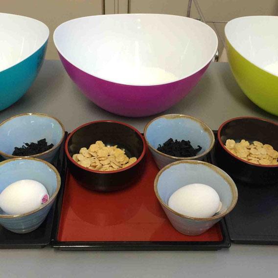 米粉で作るパンケーキ。具は干しわかめと打ち豆。