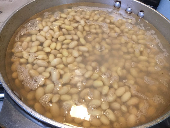 大豆は、12時間以上は水に浸けてから茹でます