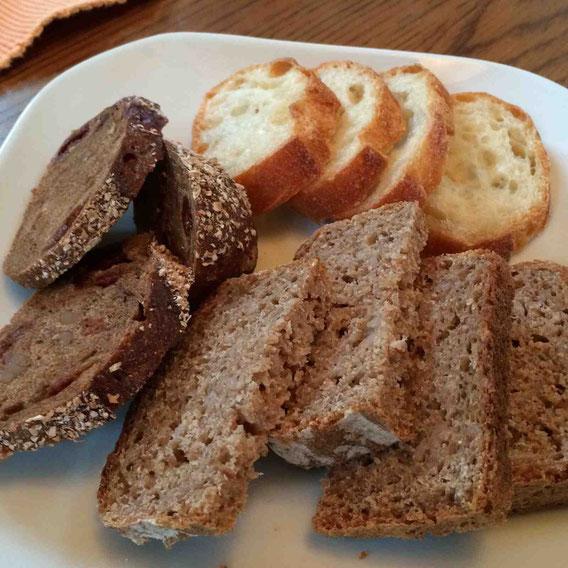 講座とは別にご自身で焼いてきてくださったパン。バゲット、ライ麦パン、黒糖を加え、ドライチェリーとくるみが入ったパン。どれもとっても美味。チーズとともにいただきます