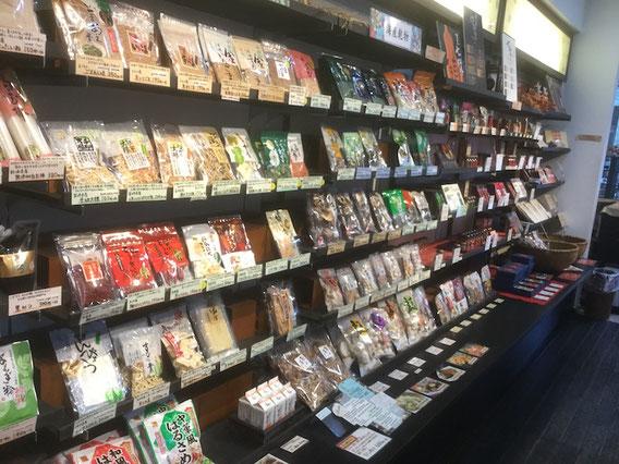 店内にはオリジナル商品を中心に乾物がずらり。七味づくり体験もできます