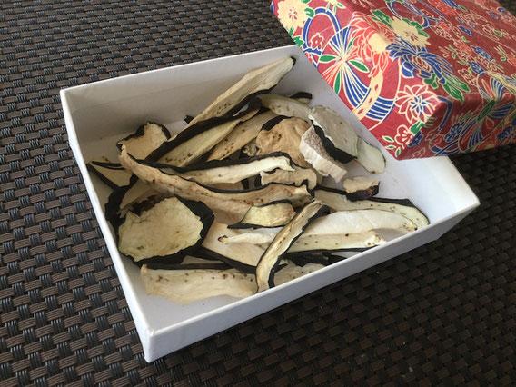 干したナスは、通気性を保つため、紙箱や木箱に入れるのがいいのです