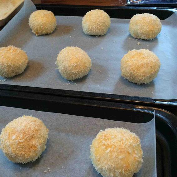 乾物ドライカレーを包んでから二次発酵25分。卵とパン粉をつけて油をタラタラ〜とかけたら、いよいよ焼きに入ります!