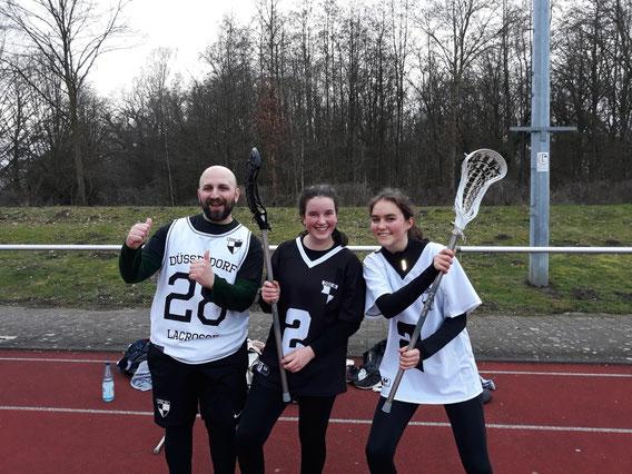 Coach Apostolos Hatzigiannidis mit den Jugendspielerinnen Coralie Bisquerra und Maya Langmaack