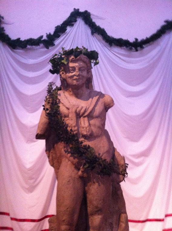 Der Hercules im Archäologischen Park Cambdounum, geschmückt mit einem Efeukranz.