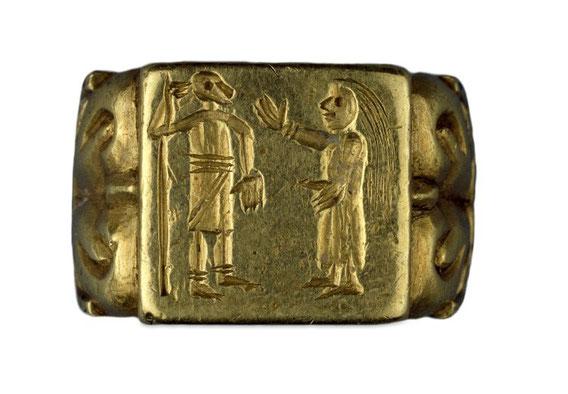Goldener Fingerring, ein Krieger und eine Frau stehen sich gegenüber, Merowingerzeit, British Museum London