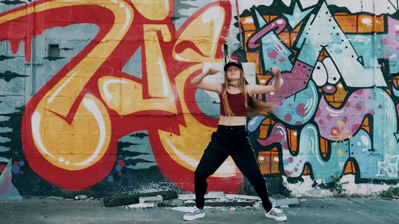 הילי בריקודי היפ הופ במתחם הגרפיטי בתל אביב