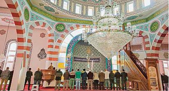 Die Gebetsstunde am Mittag konnten Interessierte in der Fatih Moschee miterleben.