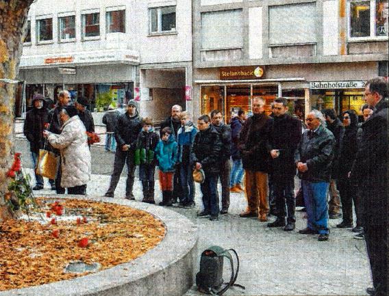Rote Nelken für die Opfer der Anschläge in Istanbul und Burkina Faso legten Pforzheimer am Samstag nieder.