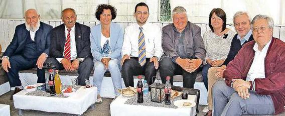 Im Dialog mit Besuchern des Kulturfests: Basri Okumus (zweiter von links), Christiane Quincke (Dritte von links), Halil Sahin (Vierter von links) und Bernhard Ihle (ganz rechts) im Orient-Zelt.