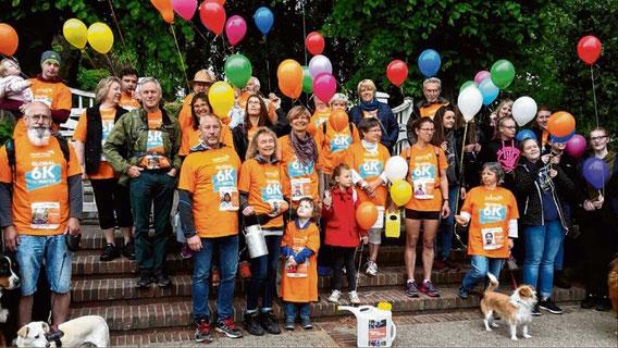 Ausgestattet mit orangen T-Shirts und bunten Luftballons zog die Gruppe durch Schenefeld.