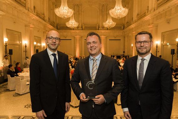 Von links Lucas Flöther, Lars Petersen, 1. Platz Journalismuspreis, Dirk Andres © 2018 Sven Döring