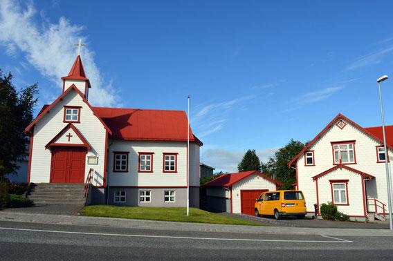 Die katholische Kirche von Akureyri und das Pfarrhaus.