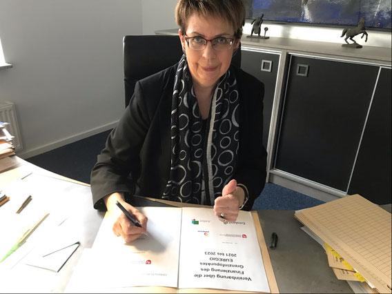 Ministerin Birgit Honé bei der Unterzeichnung der Finanzierungsvereinbarung.