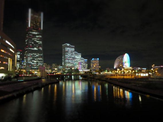 スタジオから徒歩数分の桜木町駅に向かう途中に見える景色