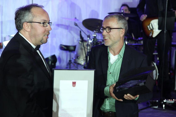 DPH-Vorsitzender Stephan Goericke übergibt den Preis der Deutschen Parkinson Hilf an Stefan Berg (Foto: Boris Löffler)