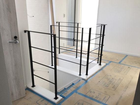 階段吹き抜け一式がシンプルなアイアン手摺に