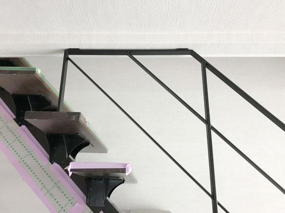 階段の有効幅を広くする天井に留めるタイプのアイアン手すり!