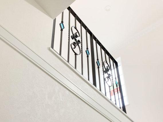 二階吹き抜け落下防止柵をアイアン手摺に!ステンドガラスで表情が豊かに!