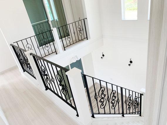 リビング階段から吹き抜け手摺、豪華なロートアイアン手すり