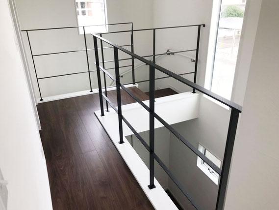 廊下は腰壁ではなく、スチールの手すりでシンプル且つスッキリと