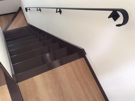階段の深い色目と相性バッチリな黒い鉄のアイアン手摺