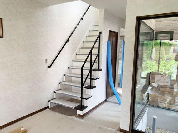 黒系の踏み板に、黒色のスチール手すり!階段5段はバランスの良い手摺になります!