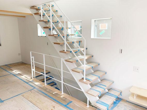 3階オープン階段や階段吹き抜け部分に、スチール手すりの白い落下防止柵