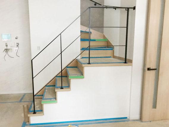 4段と踊り場で5段のアイアン手摺り、回り階段吹き抜け部分